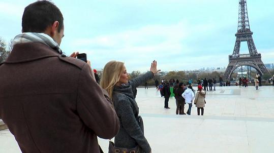 Míša pózovala u Eiffelovky, kde ji Lukáš před půl rokem požádal o ruku.