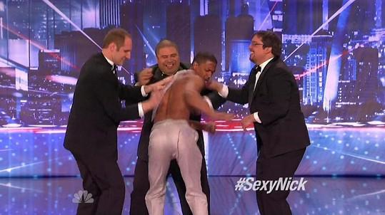 Moderátor Nick Cannon se svlékal v pořadu America's Got Talent.