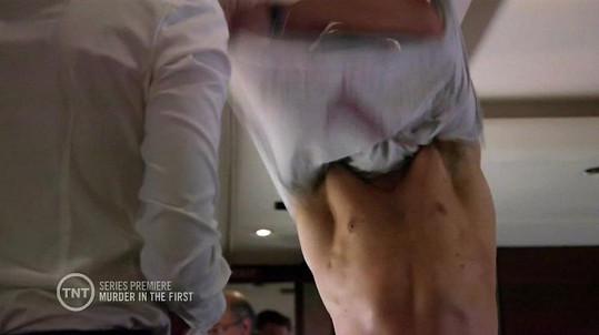 Tom se pyšní vypracovanou muskulaturou.