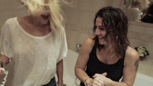 V klipu vystupuje i Dařina manažerka a nejlepší kamarádka Eva Skallová.