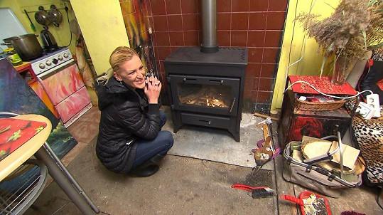 Regina žije v chatrči u Brna.