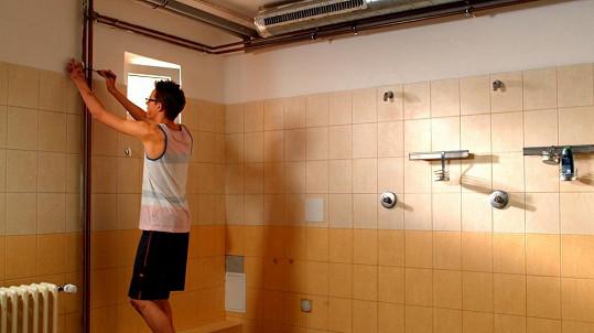 Pepíček Novák instaluje do dívčích sprch skrytou kameru.