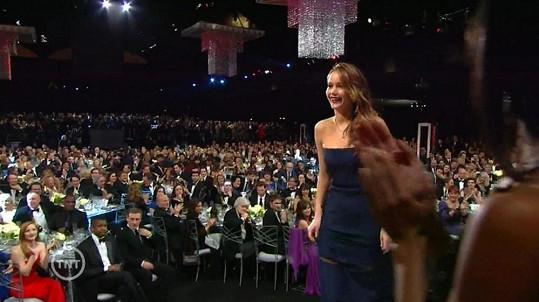 Jennifer si šaty upravila, ale sukně jí stále padala dolů.