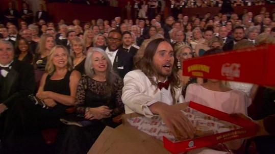 V hledišti se podávala pizza z krabice.