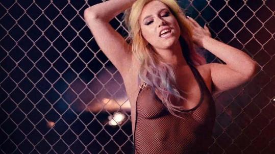 Kesha upřednostňuje úsporné oblečení.