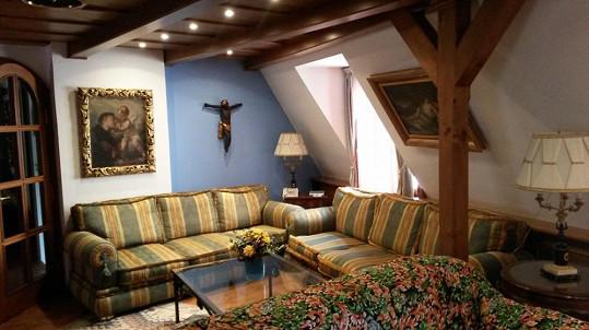 Obývací pokoj hotelu je velmi starožitně zařízen.