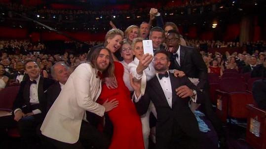Takto vznikal snímek, který nasdílely víc než dva milióny lidí... Ellen však měla příliš krátkou ruku.