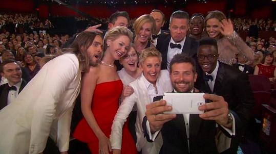 Nakonec se akce chopil Bradley Cooper a fotka byla na světě!