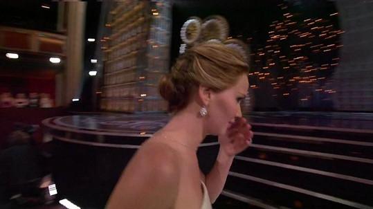 Radost z hereckého ocenění má pro Jennifer Lawrence většinou hořkosladkou chuť.