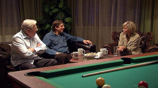 Na place se potkává s Karlem Heřmánkem a Vaškem Vydrou.