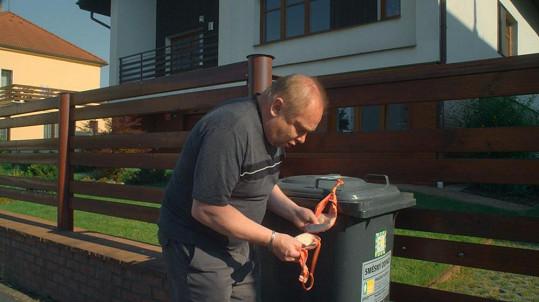 Pavel Sankot v Kameňáku 4 si šmakuje u popelnice.