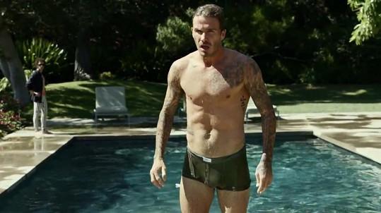 David Beckham musel mimo jiné přeplavat bazén.