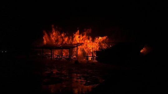 Takhle plameny polykaly srub. Dcera Indiána si zachránila holý život.