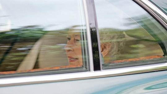 Alžběta II. odjíždí z návštěvy malého prince a jeho rodičů.