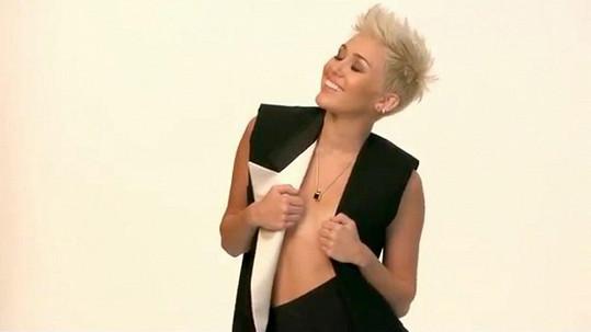 Miley Cyrus během focení.