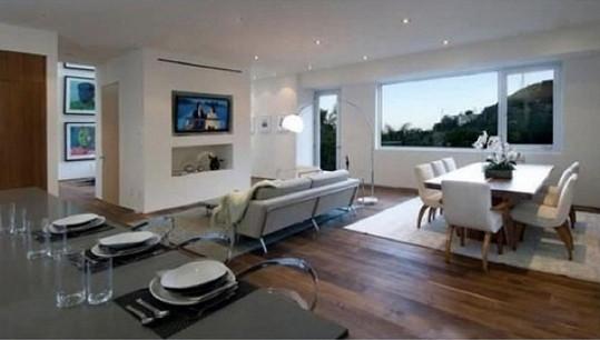Dům je umístěn na kopcích v Hollywood Hills a je z něj krásný výhled do okolí.