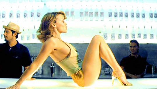 Kylie Minogue v legendárních zlatých šortkách v klipu k písni Spinning Around