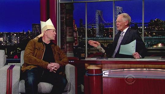Bruce Willis s papežskou mitrou v show Davida Lettermana.