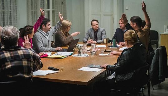 Hrdinům filmu Vlastníci patří byty vjednom postarším činžovním domě a právě mají společnou schůzi, na které se musí dohromady na mnohém dohodnout.