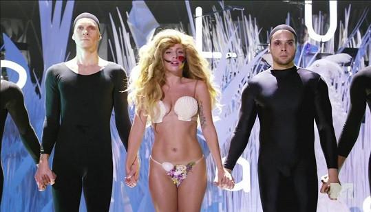 Lady Gaga v poslední době ukazuje své tělo dost často.
