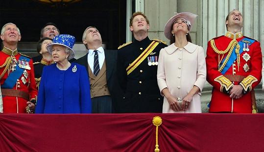 Královská rodina hledí do oblak na přehlídku vojenského letectva.