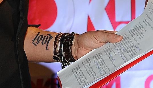 Leoš Mareš má tetování, které se dá číst jako love nebo lost.