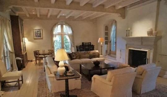 Útulný obývací pokoj s krbem