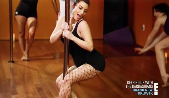 Kim se nenechala zahanbit a akrobatické kousky na tyči nahradila vlněním.
