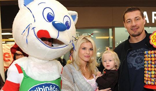 Romana s mladší dcerou a manželem.