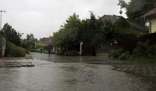 Uhříněves je částečně zatopená. A prý bude hůř.
