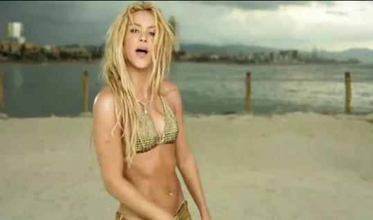 Shakira se nikdy za svá malá prsa nestyděla, ale větší jí zřejmě také nevadí.