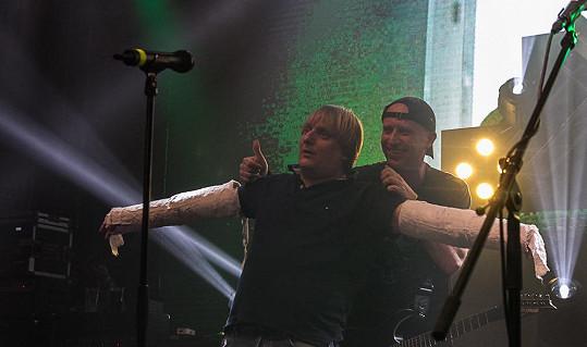 Lukáš Pavlásek vystoupil se dvěma zasádrovanýma rukama jako v klipu Alekoholu Zlatej grál, v němž hrál.