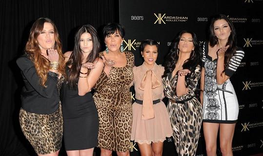 Jenner se všemi svými půvabnými dcerami