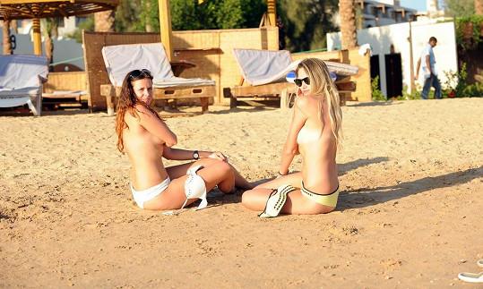 Míša a Edita na pláži v Egyptě.