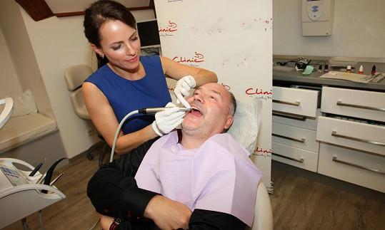 Michal David musel během večírku Hlasu ČeskoSlovenska navštivit zubařku Markétu Hrubou.