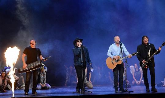 Show plná ohňových efektů dojala nejen překvapené diváky v Hudebním divadle Karlín, ale také vystupující.