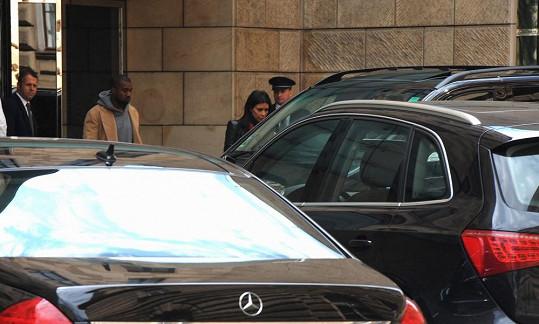 Kim Kardashian a Kanye West vycházejí z hotelu Four Seasons, kde bydlí.
