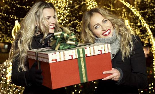 V klipu hrají modelky Veronika Procházková a Renata Langmannová.