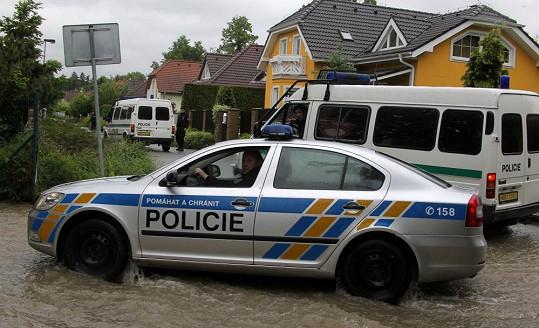 Policie obsadila ulici, v níž žije Iveta Bartošová.