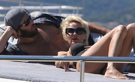 Pamela Anderson si užívá slunečních paprsků na jachtě