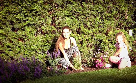 Modelku práce na zahradě moc baví.