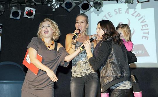 Dara řádí s moderátorkou Libuškou Bittnerovou a Hankou Kynychovou.
