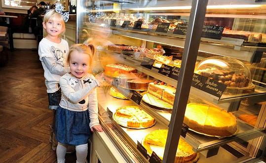 Po dobře odvedené práci v ateliéru holčičky dostaly sladkou odměnu v cukrárně.
