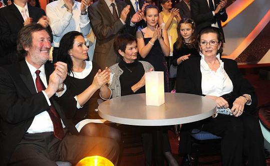 Celá rodina seděla pohromadě.