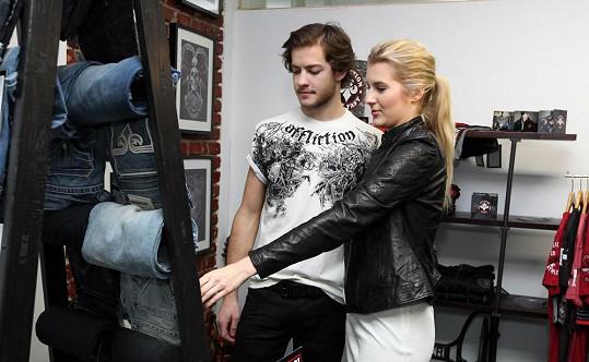 Česká Miss 2011 přemluvila svého přítele, aby s ní vyrazil na nákupy.