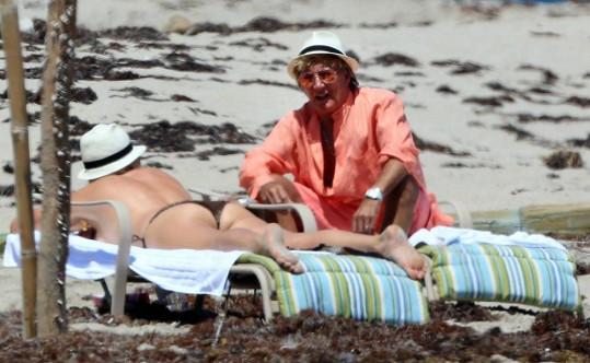 Rod Stewart si právě všiml, že s manželkou mají nechtěnou společnost.