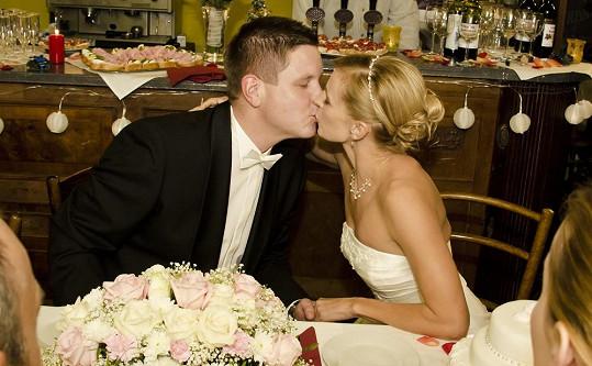 Ivana Jirešová vypadá ve svatebním úžasně.