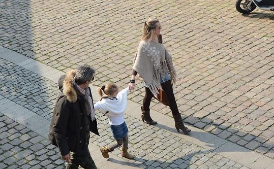 Na procházce s dcerou Rozárkou