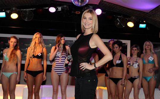 Mesarošová ukazovala dívkám správný postoj modelky.