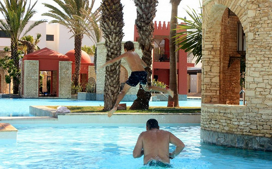 Kuba s přítelem Venduly Svobodové neustále dovádí v bazénu.